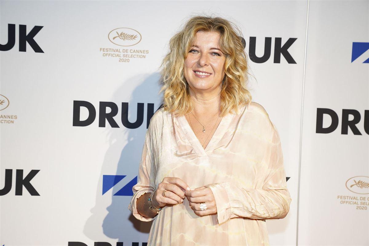 Nærbillede af den 55-årige skuespiller Paprika Steen hun er iført en råhvid løs kjole og udslået lyst hår