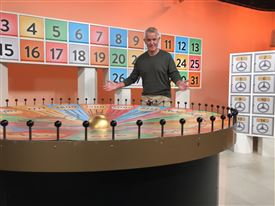 bingo-værten Peter Skram i studiet