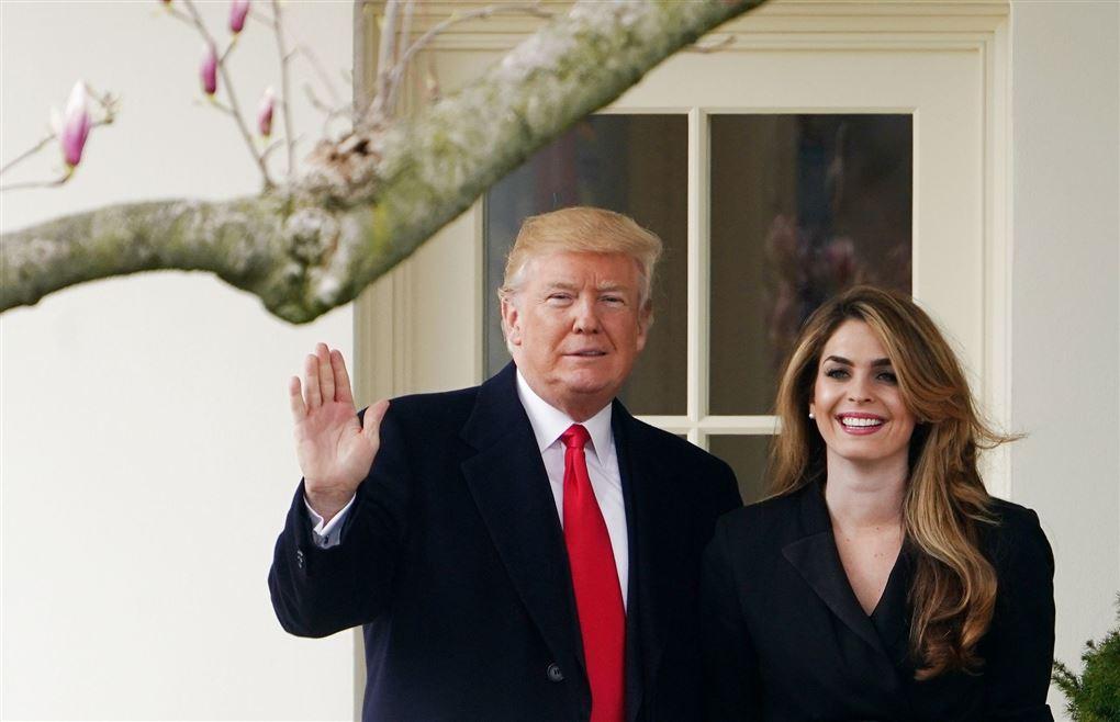 Donald trump vinker til kameraet i selskab med sin rådgiver Hope Hicks