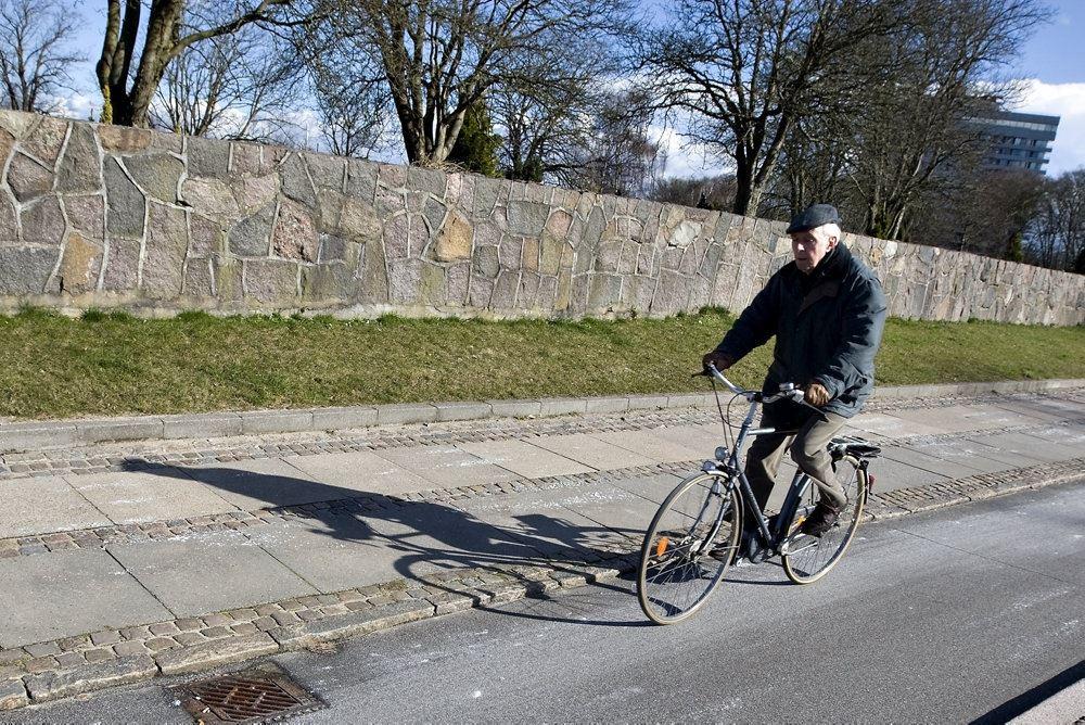 ældre mand kører på cykel