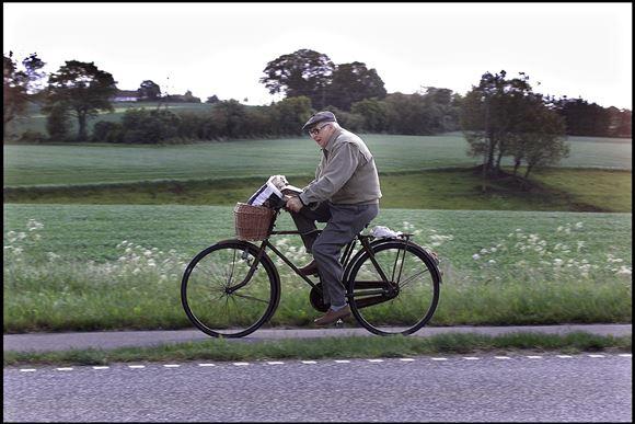 Ældre mand på cykel i landlige omgivelser