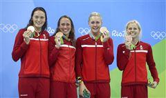 Mie Ø. Nielsen, Rikke Møller Pedersen, Jeanette Ottesen og Pernille Blume viser deres bronzemedaljer frem.