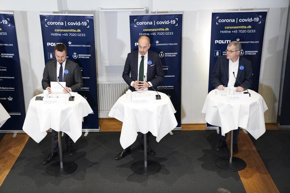 Billede fra pressemødet med tre herrer i jakkesæt