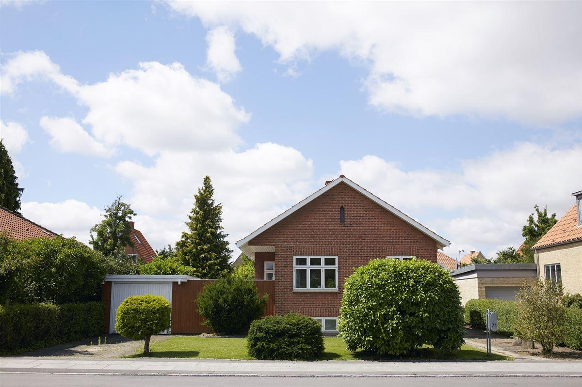 billede af et hus på en villavej