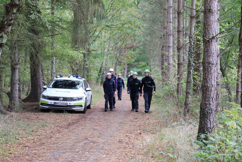 Politibetjente og politibil på skovsti