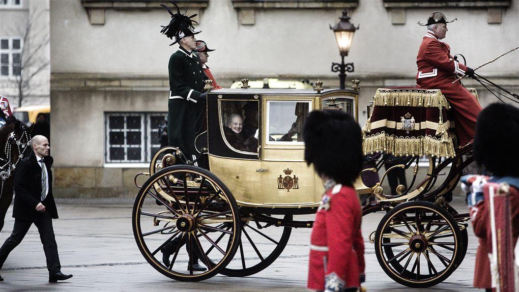 dronning Margrethe sidder i en karet