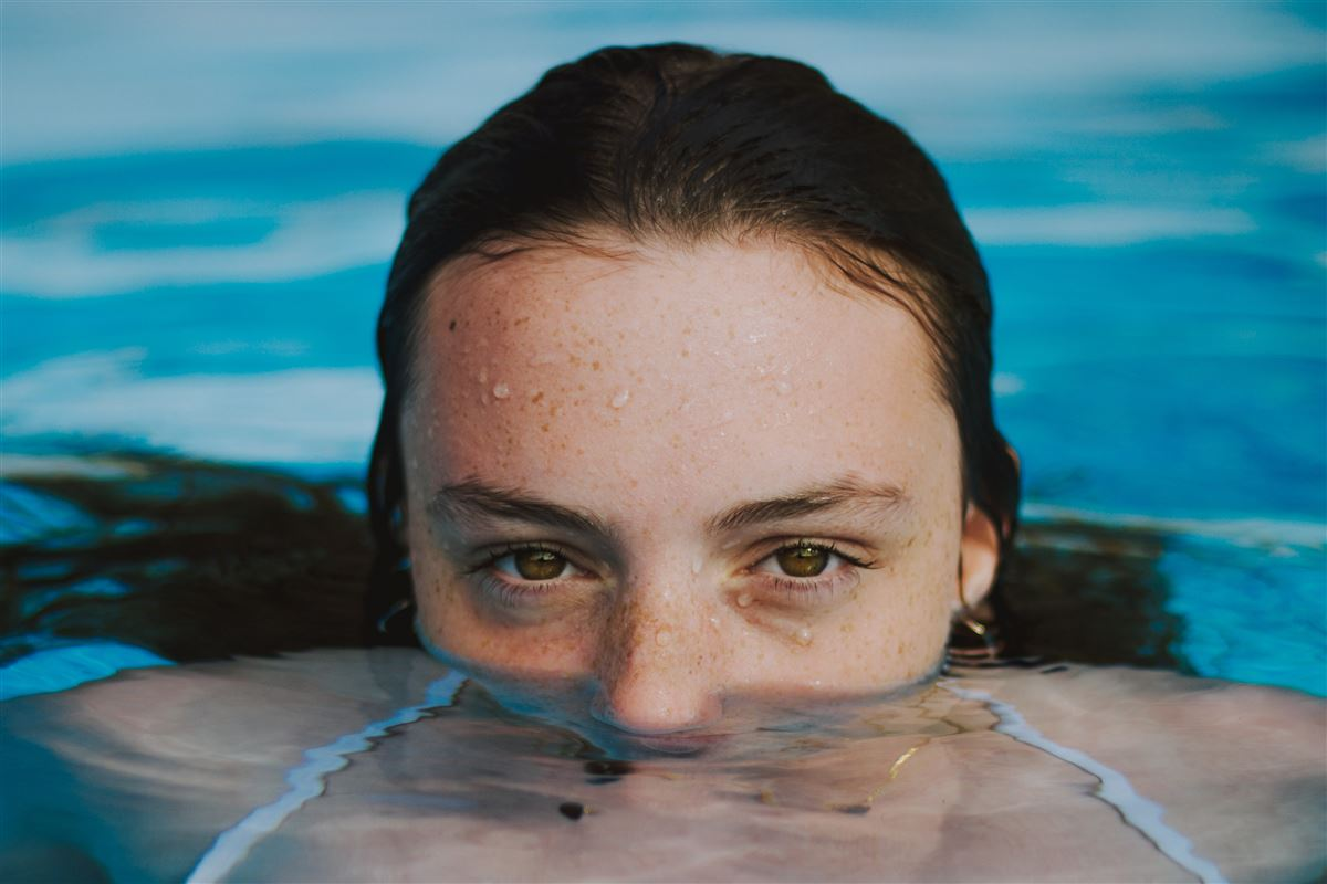 En kvinde i en pool - med top