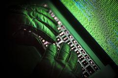 hacker sidder ved computer