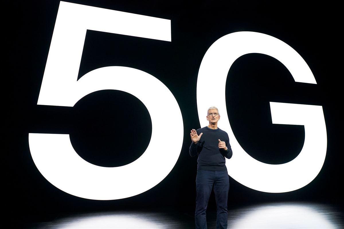 Apples chef Tim Cook står foran en væg med 5G skrevet med kæmpestore bogstaver