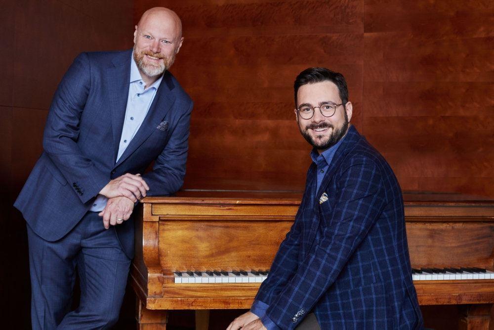 Phillip Faber og Mads Steffensen ved et klaver