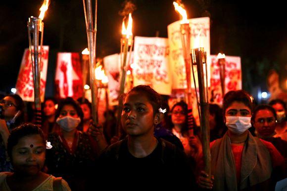 Demonstranter på gaden i Dhaka, Bangladesh