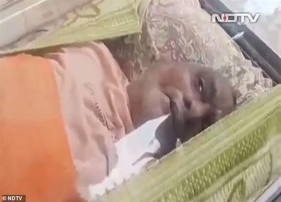 indisk mand ligger i fryseboks