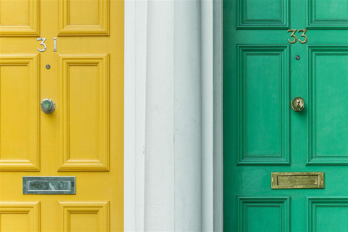 opgang med gul og grøn dør