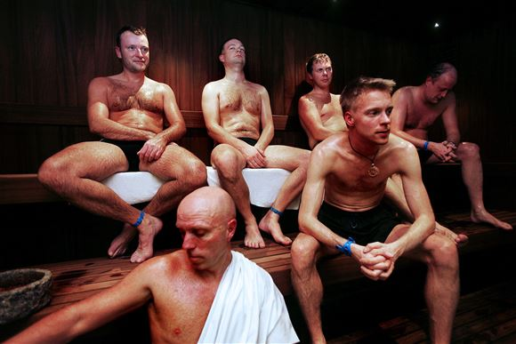 seks mænd sidder i en sauna
