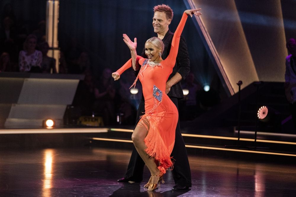 Mille Funk i rød små kjole og Kristian Bech danser