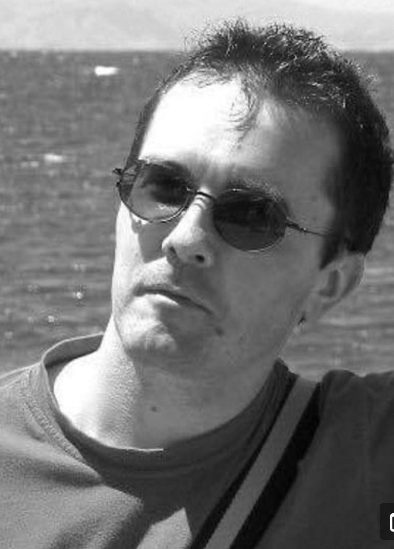Et sort hvidt billede af en mand med solbriller