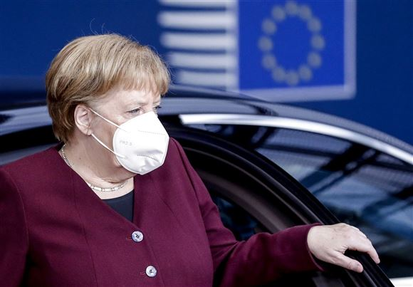 Angela Merkel med mundbind