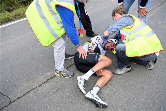 Cykelrytter på jorden i smerter