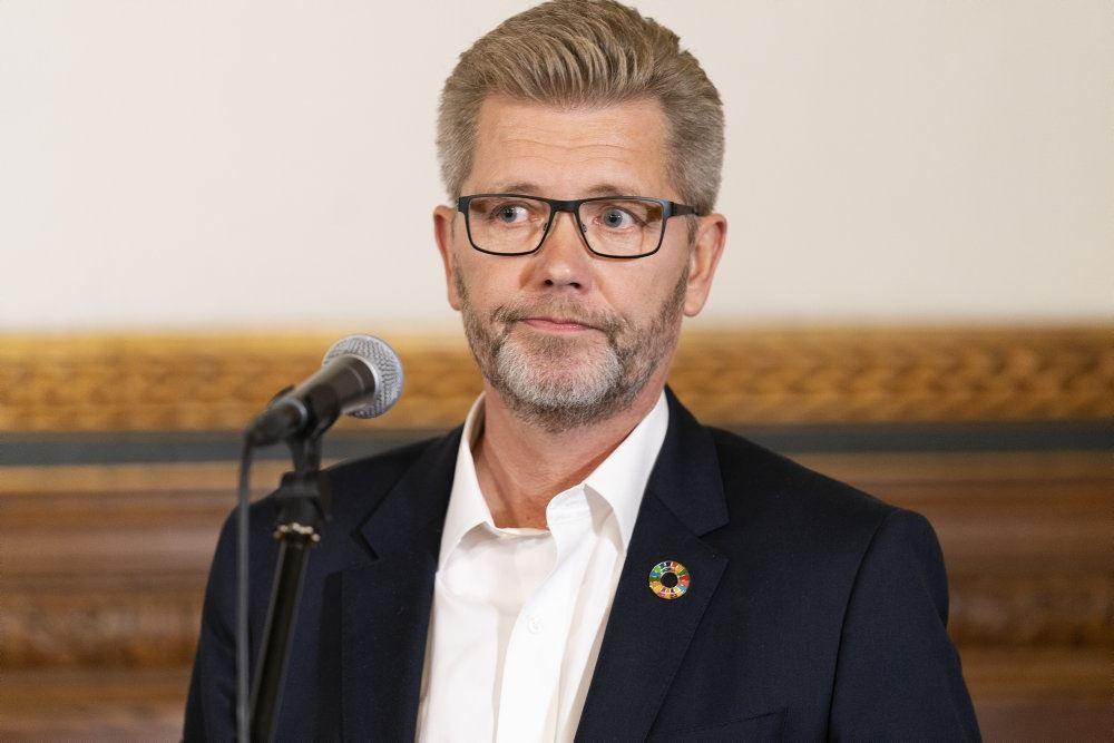 Nærbillede af en brødbetynget Frank Jensen ved pressemødet søndag aften på Københavns Rådhus.