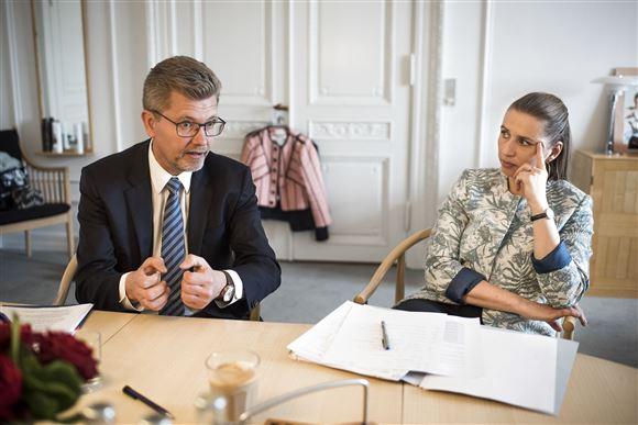 Frank Jensen og Mette Frederiksen sidder ved et bord og holder møde. Statsminister Mette Frederiksen sidder med den ene hånd til hovedet mens Frank Jensen taler.