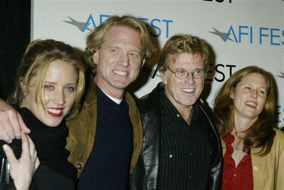 Robert Redford sammen med sin nu afdøde søn James, James kone Kyle og sin datter Amy.