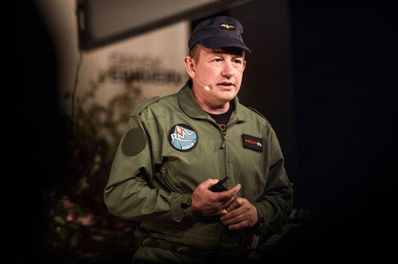 Peter Madsen med ubådsuniform på under et tidligere foredrag.