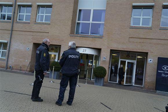 to politifolk står udenfor retten i Glostrup