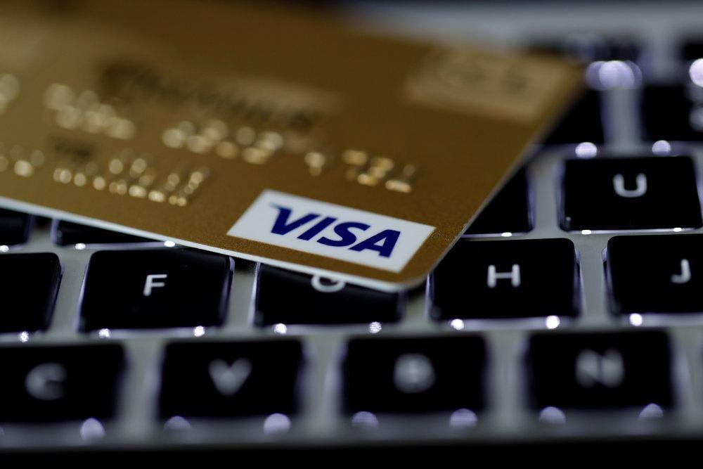 et visakort i guld ligger på et tastetur