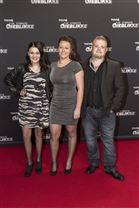 Stephanie til en premiere sammen med sin far Christian og en ukendt kvinde, der står i midten af dem