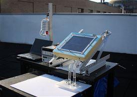 Maskinen som kan lave luft om til drikkevand består blandt andet af en computer, en skræm af en art og to små regensglas som er forbundet til skærmen.