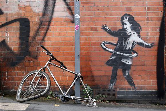 gademaleri med pige af Banksy