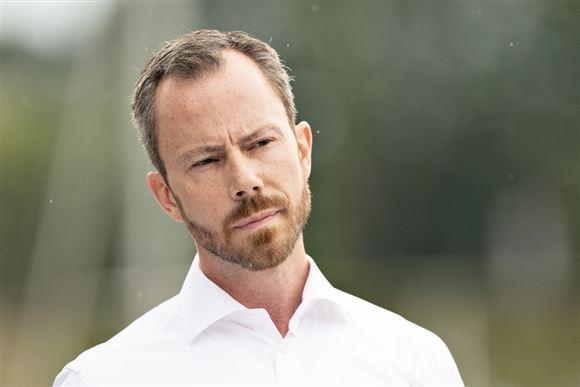 Formand Jakob Ellemann-Jensen i hvid skjorte