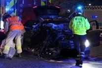 En smadret Mercedes og redningsfolk omkring den.