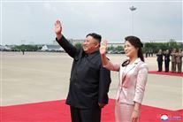 Diktatorparret fra Nordkorea vinker i lufthavnen