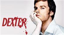 En mand kigger ud på kameraet, mens et blodigt Dexter står skrevet bagved