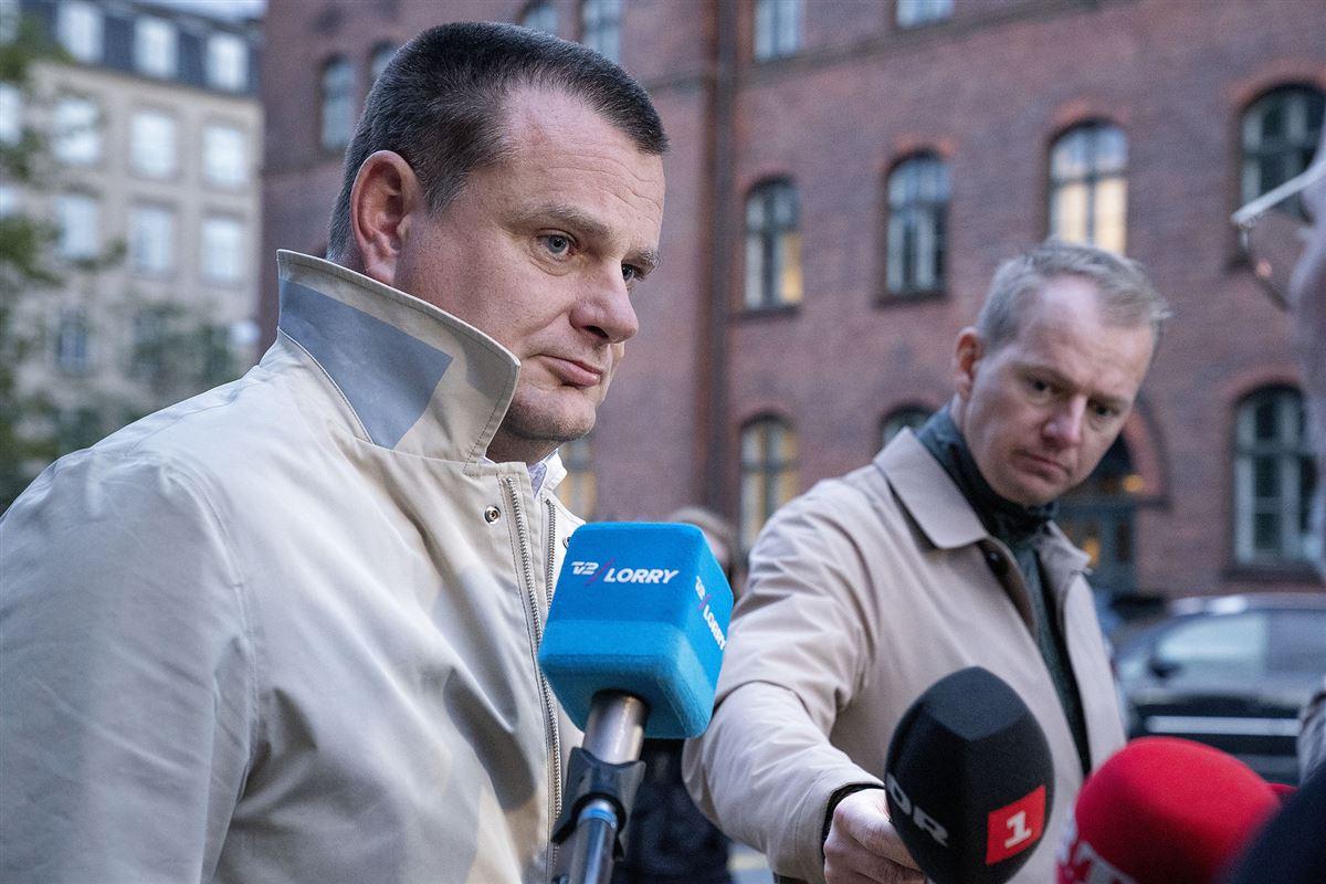 Politikeren Lars Weiss går på gaden og bliver interviewet