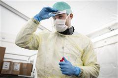 sundhedspersonale iført udstyr