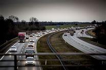 en tæt trafikeret motorvej i gråvejr.