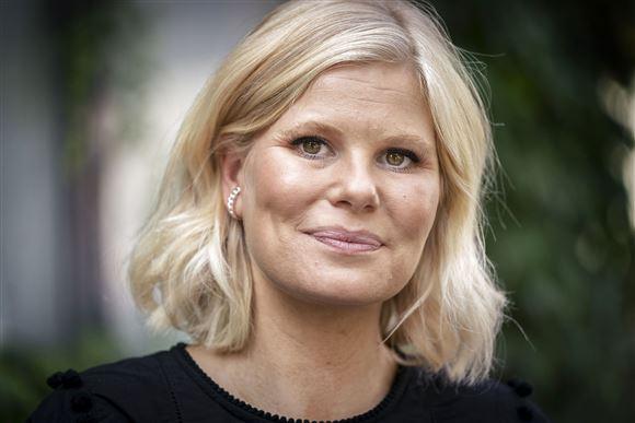 Nærbillede af Sofie Linde med kort lyst pagehår og et sødt smil.