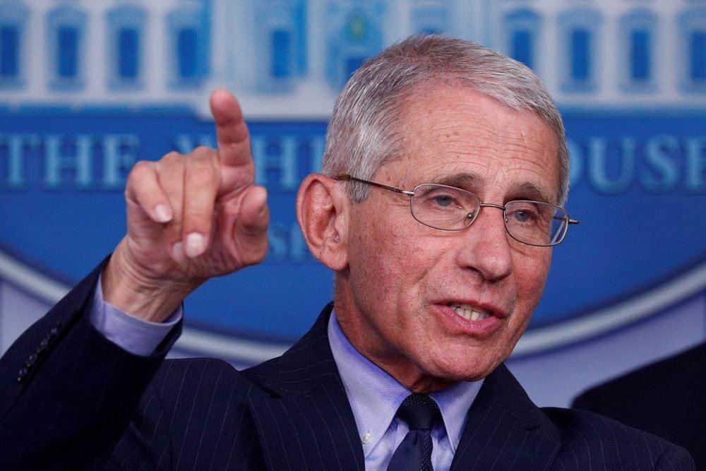Anthony Fauci peger under pressemøde i det hvide hus i Washington