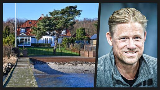 Peter Schmeichel og strandvejsvilla set fra vandet