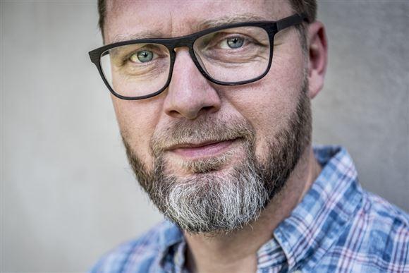 komikeren Lasse Rimmer med briller og ternet skjorte