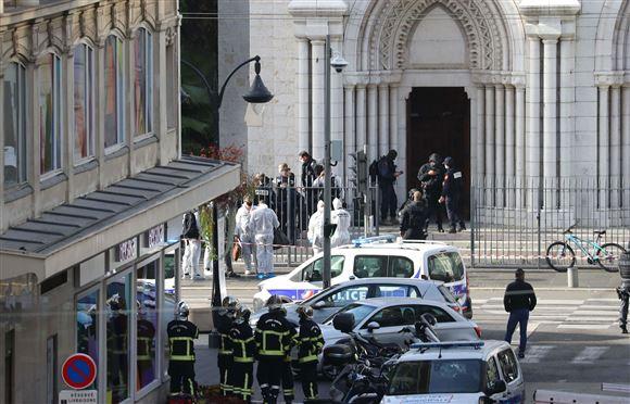 politistyrker foran kirke i Nice