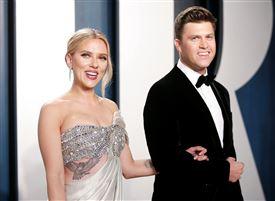 skuespilleren Scarlett Johansson og komikeren Colin Jost i gallatøj