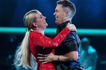 Vicky Knudsen i rød kjole med sin dansepartner Martin Reichardt
