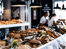 En bagerbutik med brød og kager