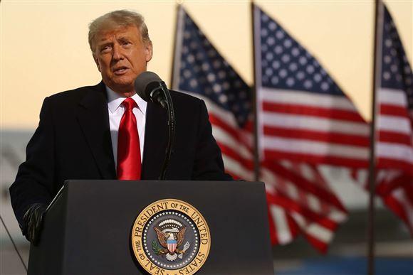 Trump på talerstolen med amerikanske flag i baggrunden