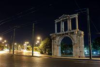 En tom mørk gade med en ruin i Grækenland