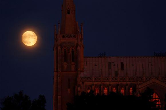Fuldmåne over kirke