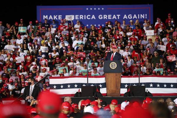 Donald Trump taler til en folkemængde